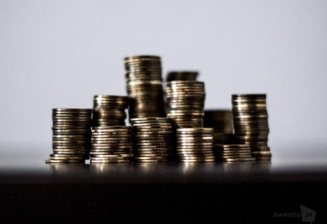 Polacy z coraz większą liczbą kredytów