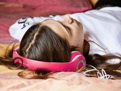 Spanie z rozpuszczonymi włosami