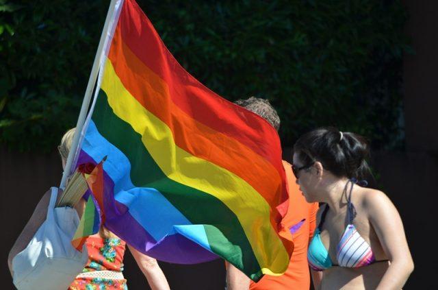 PE wywiesi tęczową flagę na masztach